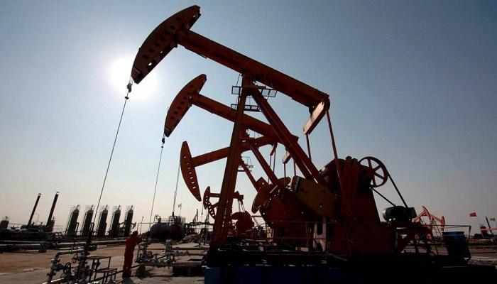 Precios del crudo cierran mixtos tras sesión volátil pese aumento producción en Estados Unidos