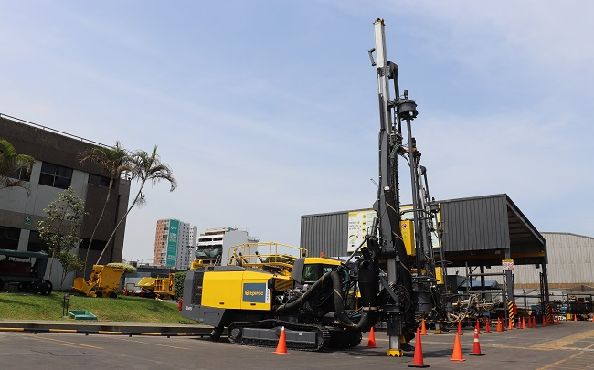 Epiroc coloca una nueva perforadora FlexiROC D65 en el mercado peruano