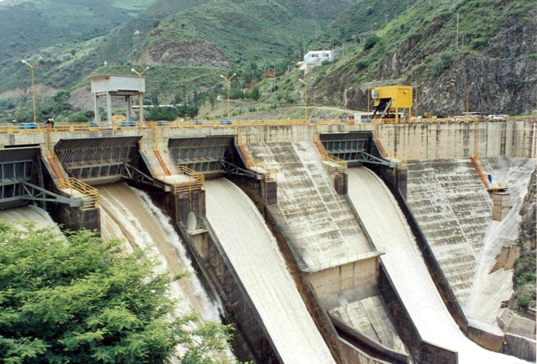 Vizcarra firma contrato para la ejecucion de dos centrales hidroelectricas en Moquegua