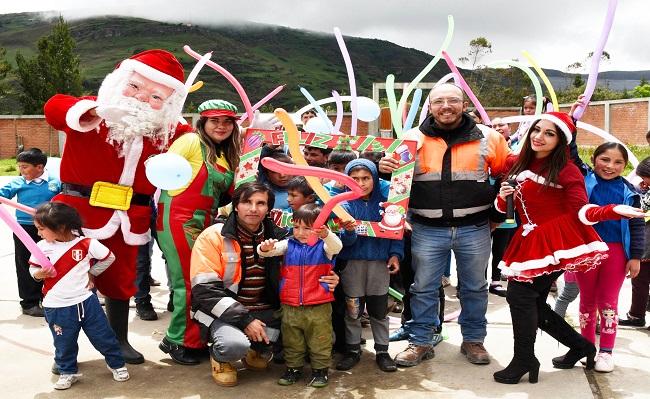 Gold Fields organizo celebracion navidena para 1,300 ninas y ninos