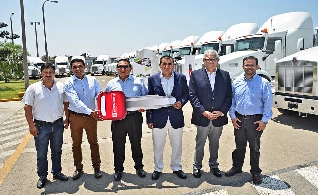 Motored entrego 55 camiones T800 a empresa de transportes Wari Service